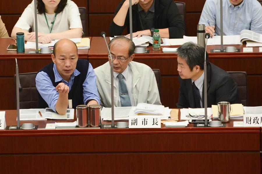 韓國瑜出席「高雄銀行營運績效與呆帳處理專案報告」,不時與身邊的副市長洪東煒(中)、財政局長李樑堅(右)交換意見。(林宏聰攝)