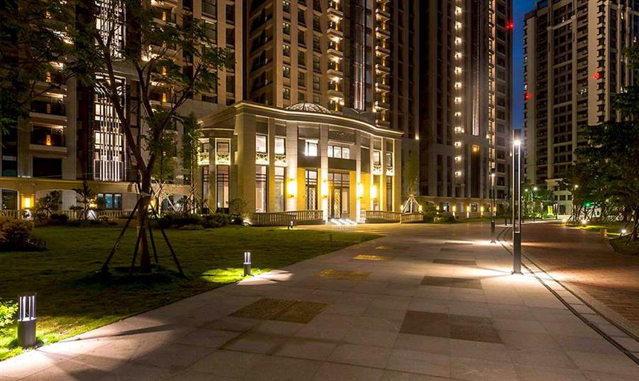 「合陽天擎」正對千坪綠意公園,相融相宜的舒適空間,連夜晚散步都愜意。(圖/業者提供)