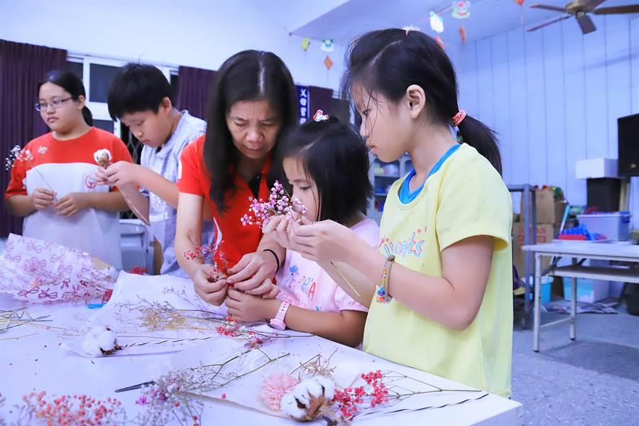 天主教中華聖母基金會在母親節前夕,為鹿草課輔班的孩子安排製作母親節乾燥花束與卡片,讓孩子們表達心中的感謝。(中華聖母基金會提供)