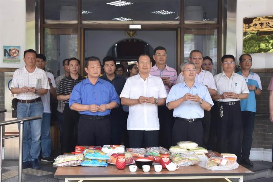 台中市樂成宮媽祖遶境,3年來首次行經第一警分局,警方設香案祭拜。(陳淑芬翻攝)