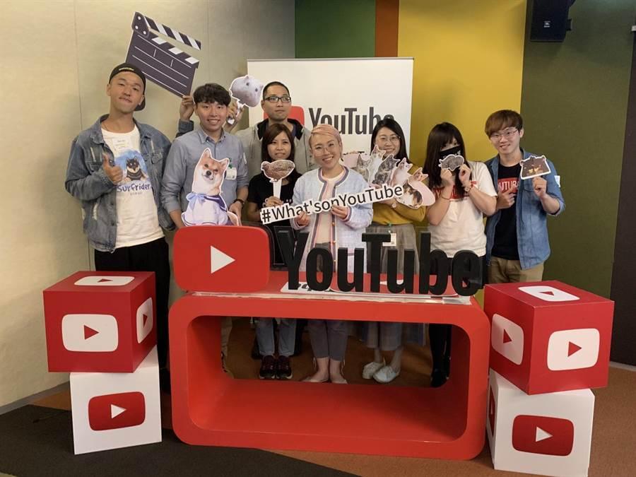 YouTube 亞太區公關經理 Tu Nguyen(左五) 與多位頻道以寵物為主題的創作者合影。(圖/黃慧雯攝)