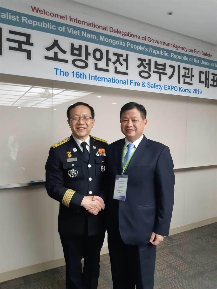 副局長陳崇岳(右)與韓國消防廳長鄭文鎬(左)相見歡,分享交流救災經驗。(吳家詮翻攝)