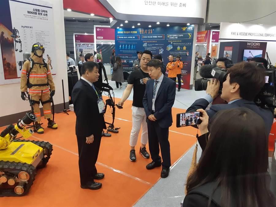 陳副局長崇岳(左1)接受韓國媒體TBC專訪分享滅火機器人運用於消防實務救災之經驗。(吳家詮翻攝)