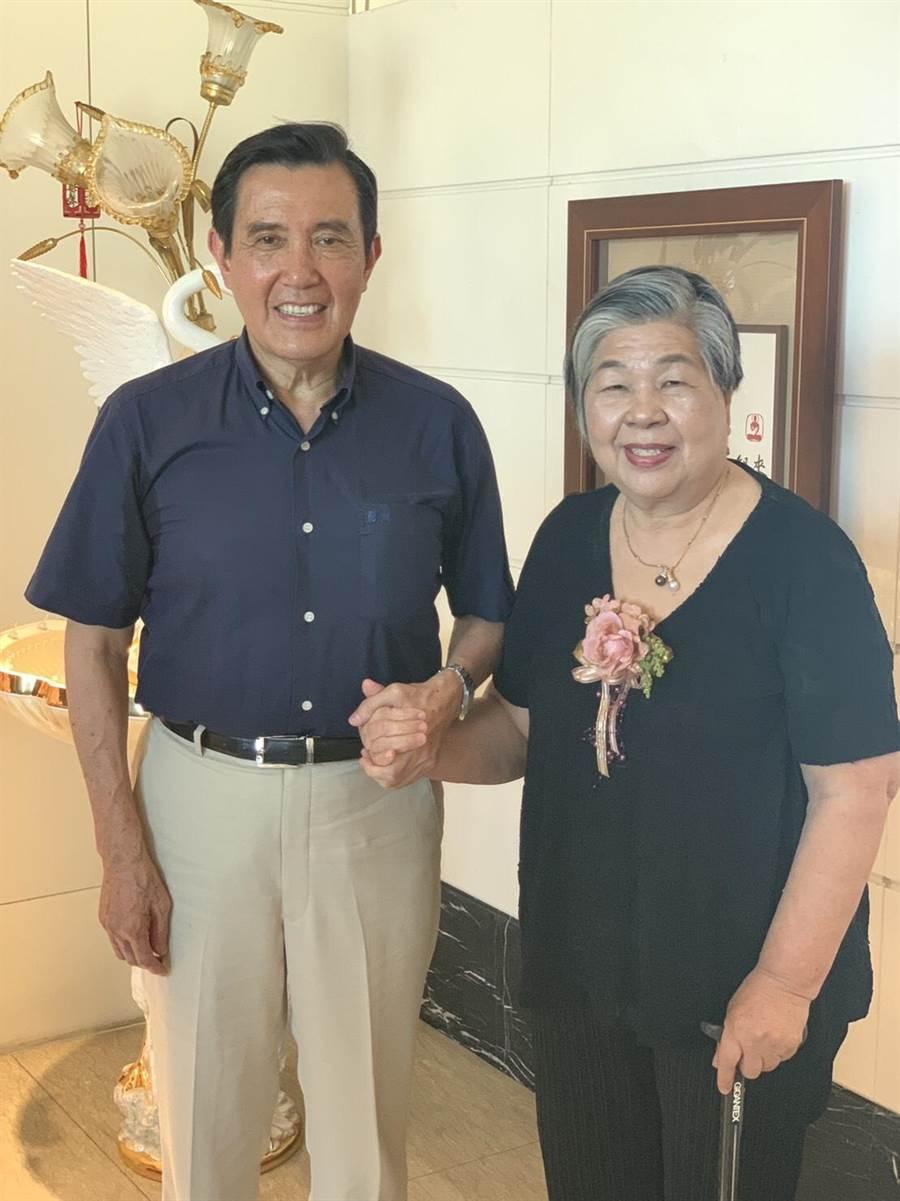 前總統馬英九與林媽媽林邱銀花閒話家常。(廖素慧翻攝)