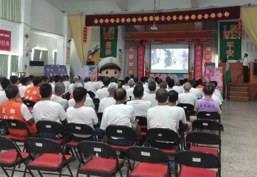 明德外役監獄與中華郵政台南郵局於母親節前合辦「媽媽我愛您」活動,免費提供母親節明信片,讓近300名收容人將對母親的愛與謝意傳達出去。(劉秀芬攝)