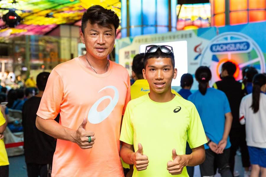 教練胡文瑜稱讚魏浩倫是天生短跑奇才,未來不可限量。(袁庭堯攝)