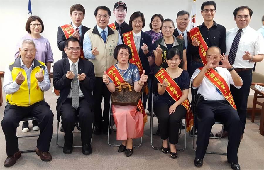 台南市政府於25日舉辦108年度全國模範勞工表揚典禮,市長黃偉哲(上排左三)親自蒞臨表揚市民。(魏景瀚攝)