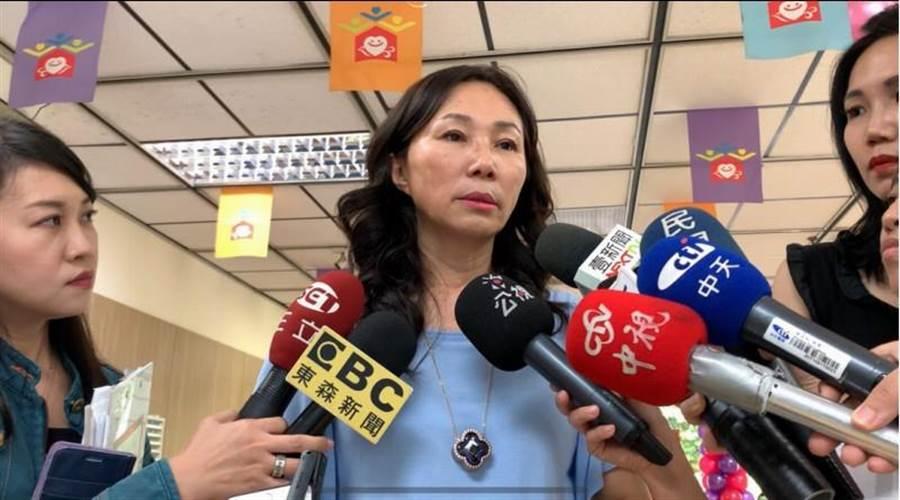 高雄市長韓國瑜妻子李佳芬25日親上火線,再度澄清並無拿150萬版稅,實拿約70幾萬元。(柯宗緯攝)