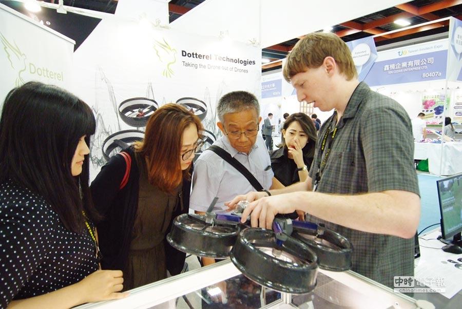創新技術最能吸引買主興趣;圖為國外參展商向參觀者展示創研專利成果。圖╱外貿協會提供