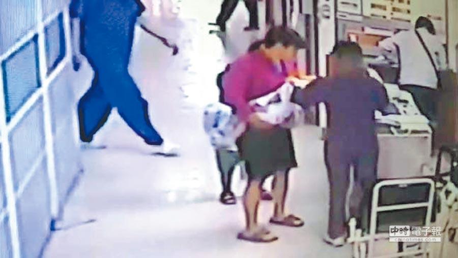 高雄1岁男童疑被虐死,徐姓保母24日清晨才赶紧送医急救,已明显死亡。