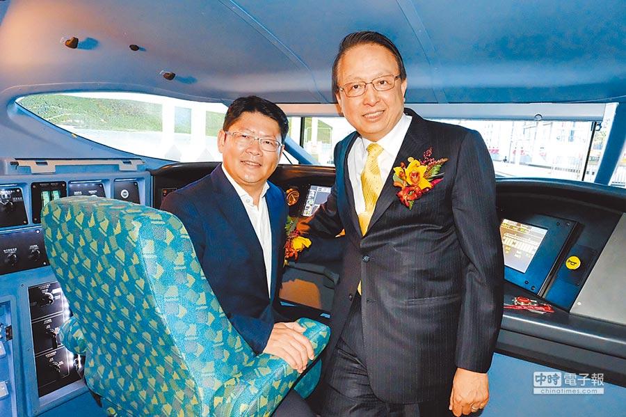 交通部政務次長黃玉霖(左)與高鐵董事長江耀宗,共同體驗新式駕駛模擬機。(呂筱蟬攝)