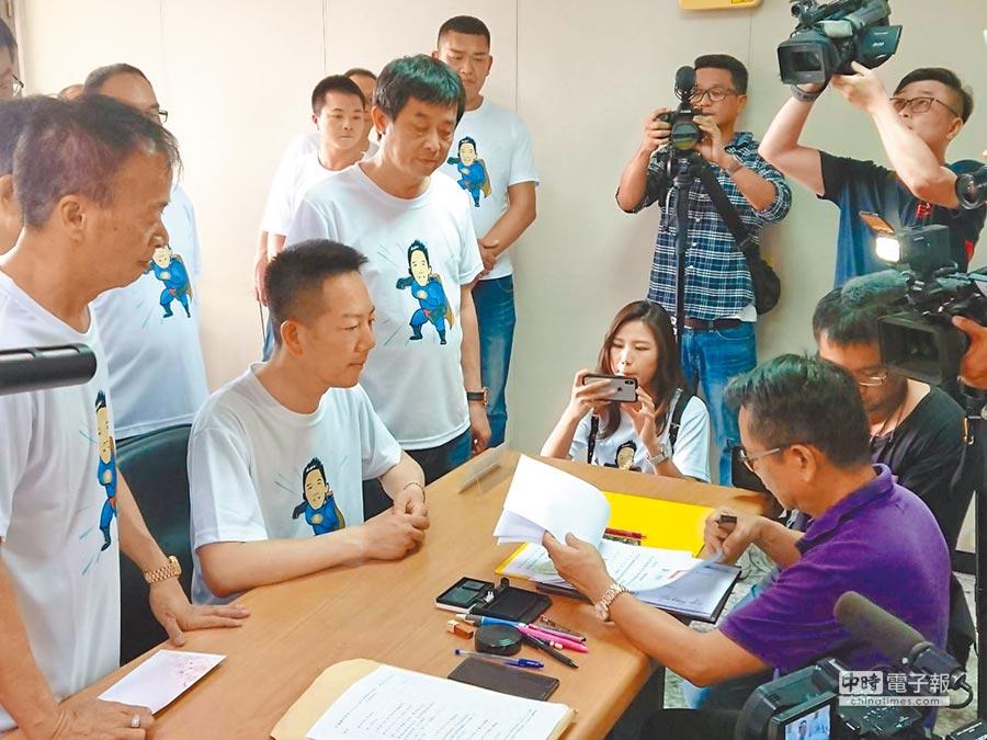 議員張瀚天在支持者陪同下完成國民黨第二選區初選登記。(吳敏菁攝)