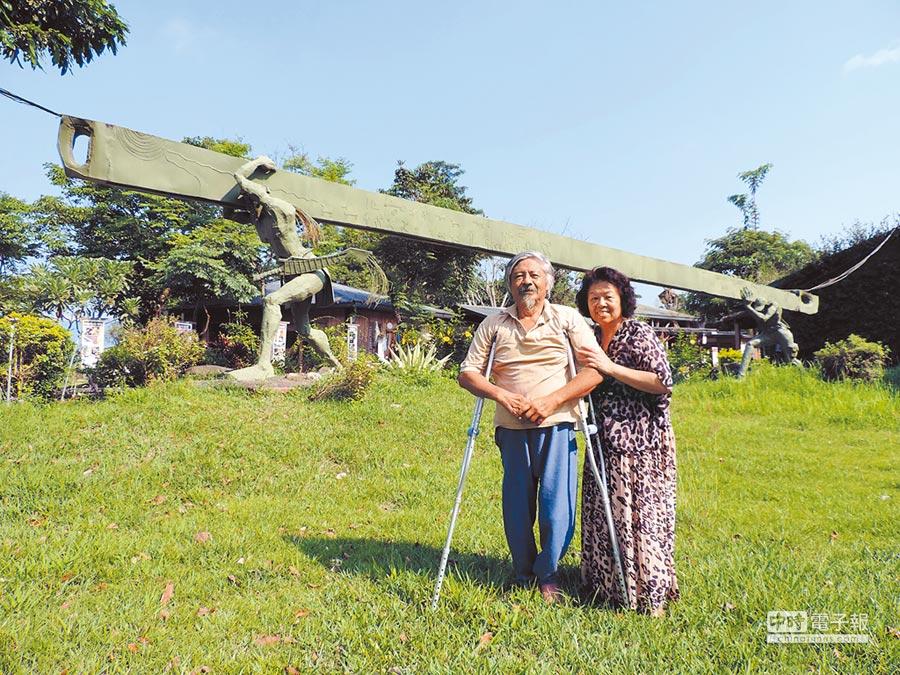 白光勝牧師(左)打造「布農部落休閒農場」,歷經19年終於獲得農委會許可登記證。(莊哲權攝)