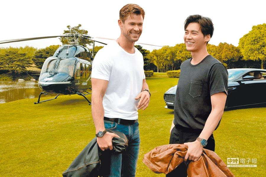 「雷神索爾」克里斯漢斯沃和男星李易峰搭直升機空降泰格豪雅在上海的發表會現場。(TAG Heuer提供)