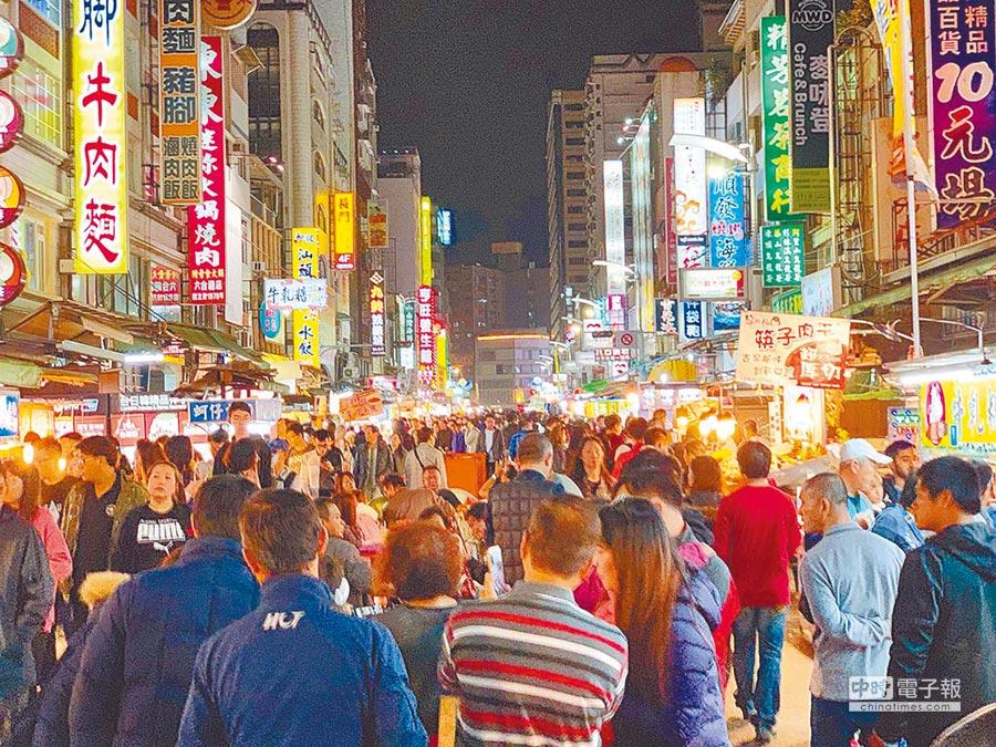受到韓流加持,3月來台陸客人次是2017年以來的新高。圖為六合夜市人山人海。(本報資料照片)