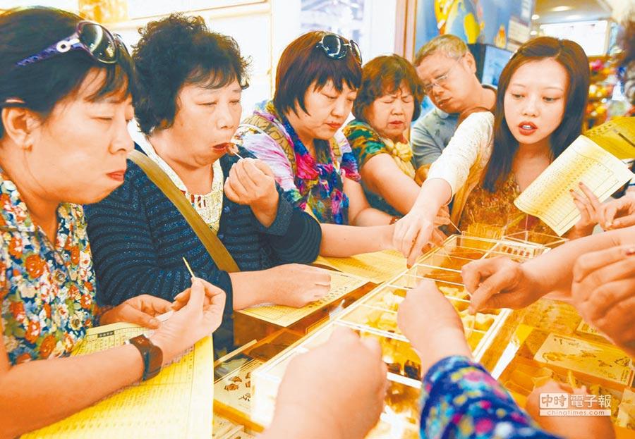 大陸團客在店家試吃鳳梨酥。(本報系資料照片)