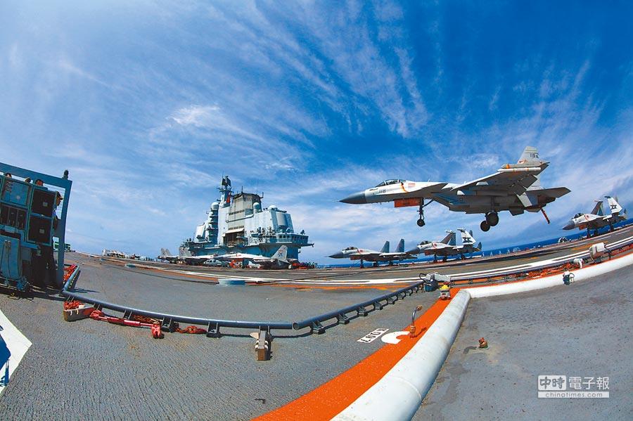 遼寧艦是大陸首艘航母。圖為殲-15艦載機在遼寧艦著艦。(新華社資料照片)