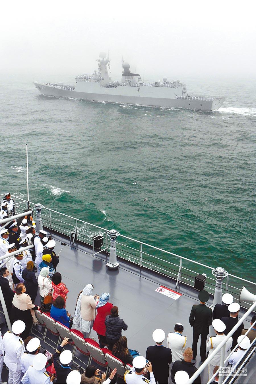 臨沂號導彈護衛艦駛過海面。(新華社資料照片)