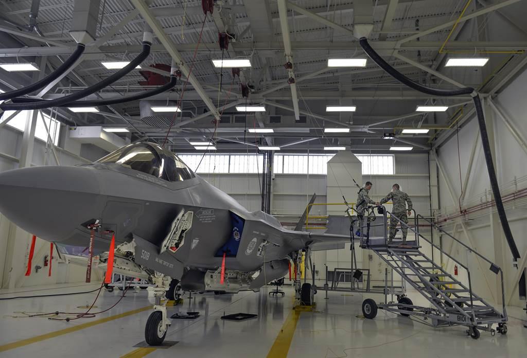美軍F-35除了戰機品質令人質疑之外,後勤維修與零件供應等系統性問題更是嚴重。(圖/美國空軍)