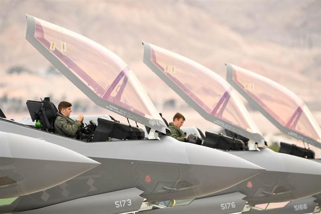 許多F-35問題完全出乎意料之外,例如機艙蓋的隱形塗料剝落情況比預期嚴重太多,可能需要變更設計。(圖/美國空軍)