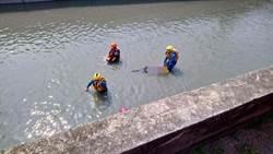 2男雙載自撞 噴飛墜大排1溺斃1重傷