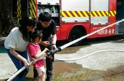 消防水車開進幼兒園演練 萌童向打火英雄致敬