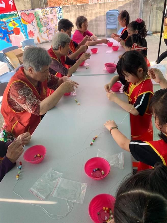 活動安排小朋友和弱勢長輩一同串珠手環DIY。(巫靜婷攝)