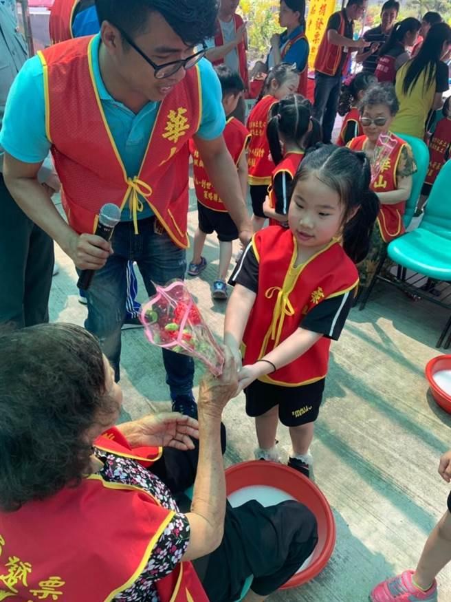 幼稚園兒童獻花給徐奶奶。(巫靜婷攝)