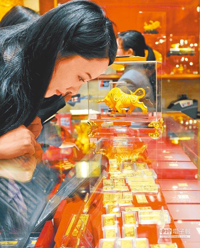大陸民眾在選購黃金飾品。(新華社資料照片)