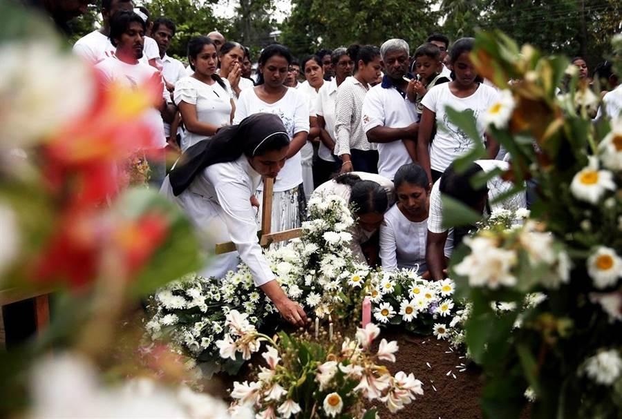 斯里蘭卡官方25日宣布,復活節連環爆炸案罹難人數下修至253人。圖為受難者葬禮。(圖/路透社)