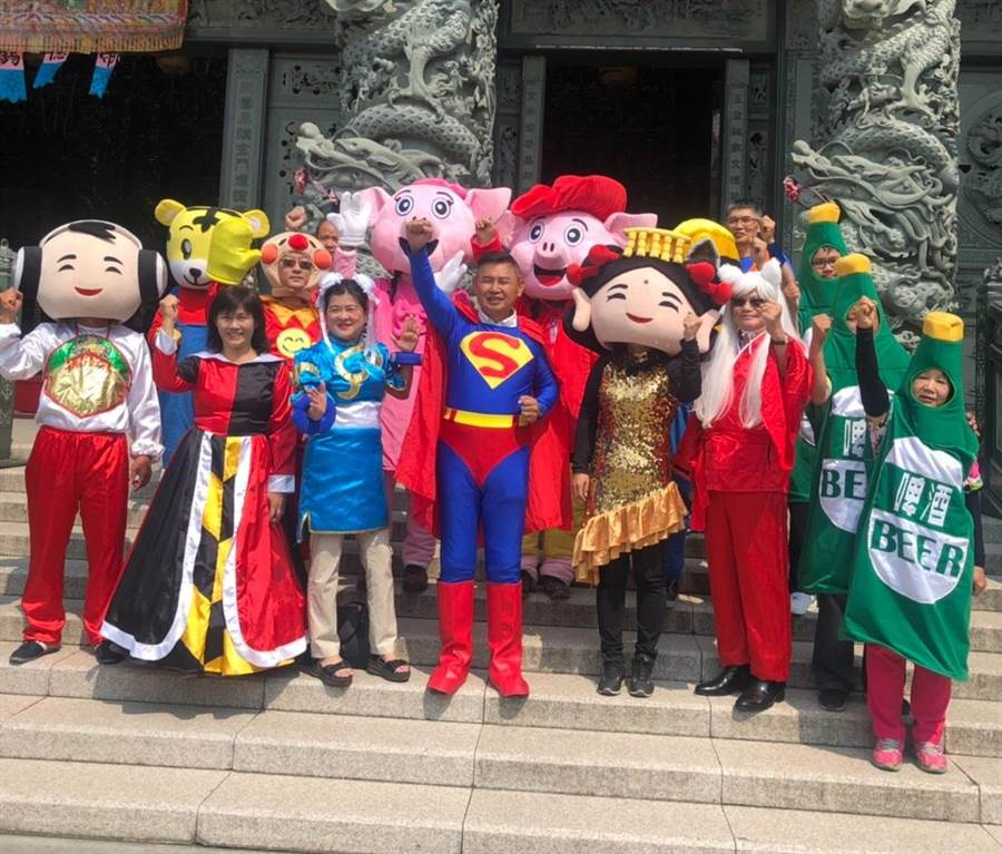 前立委李俊毅扮裝超人和其他人偶一起掃街。(曹婷婷攝)