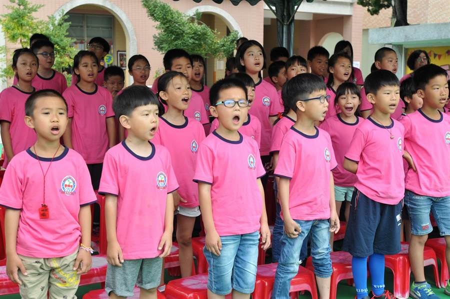 柏村國小學童高唱第一代校歌,傳承一甲子教育薪火。(李金生攝)