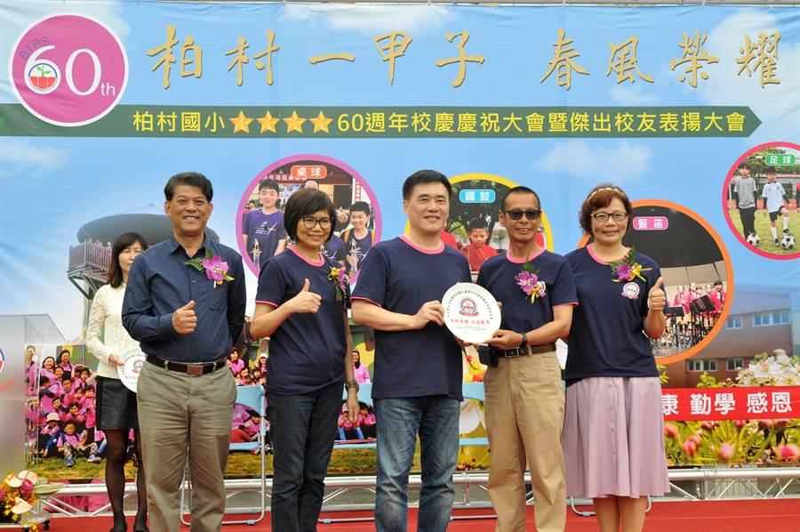 前台北市長郝龍斌表揚熱心捐款,協助校務推展的校友呂國書。(李金生攝)