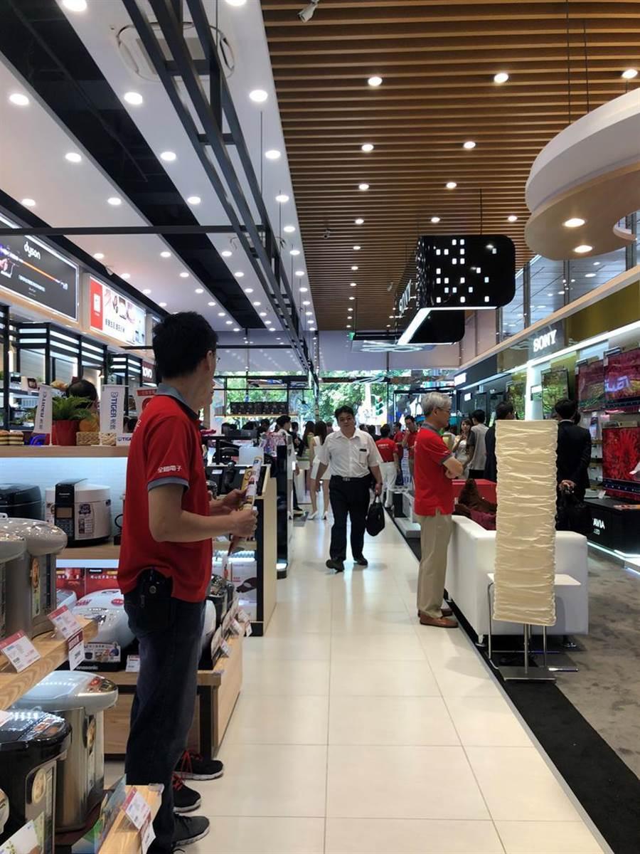 全國電子26日在台北市開設第2家Digital City旗艦門市而全台第7家,提供消費者購物寬敞空間,今年預計展店至10家。圖文:沈美幸
