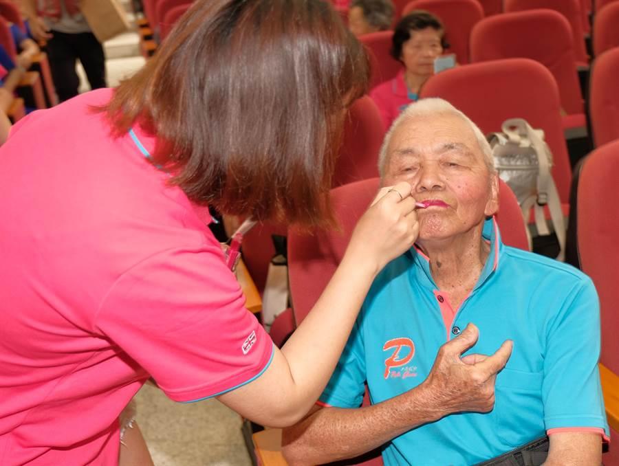 新竹縣「阿公阿婆活力秀競賽」,年齡最大參賽者98歲的宋增土,是藝人Hebe田馥甄的外公,衛生所人員忙著幫他化妝。(羅浚濱攝)