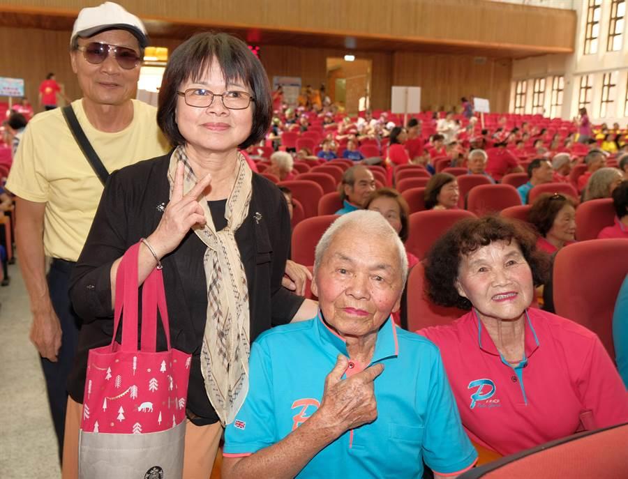 新竹縣「阿公阿婆活力秀競賽」,藝人Hebe田馥甄的父母(左)來看父親宋增土(右二)表演。(羅浚濱攝)