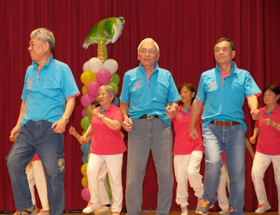 新竹縣「阿公阿婆活力秀競賽」,年齡最大參賽者98歲的宋增土(中),是藝人Hebe田馥甄的外公。(羅浚濱攝)