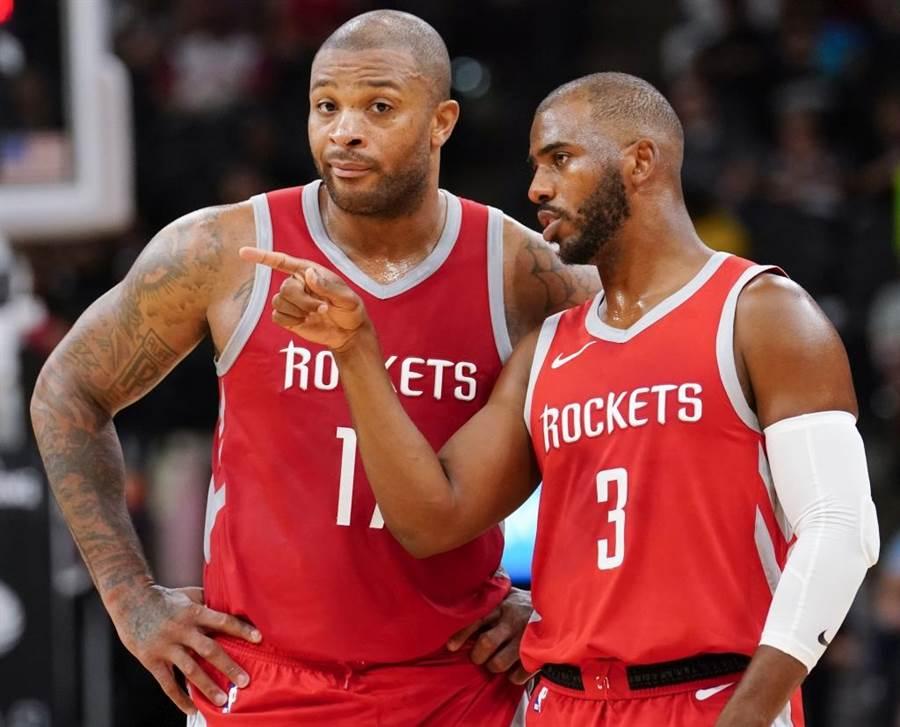 火箭隊保羅(右)與塔克交談。(美聯社資料照)