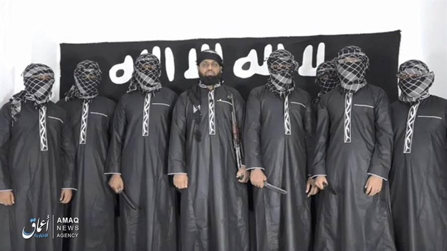 聖戰組織伊斯蘭國公布的8名斯里蘭卡爆炸案自殺炸彈客畫面,中間未戴面罩者被確認為斯國當地極端組織「全國宣教會」領袖哈希姆,斯國官方26日證實哈希姆已在爆炸中死亡。(圖/美聯社)