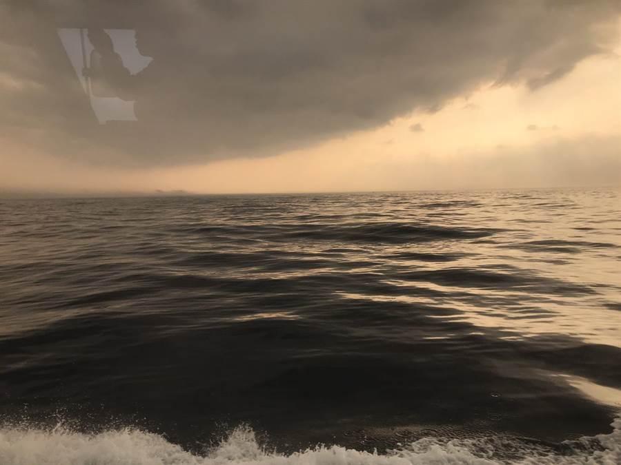 澳底海巡隊員24日在彭佳嶼海域附近,驚見1座縹緲的陸地島嶼,發現原來是看到了海市蜃樓。(基隆海巡隊提供)