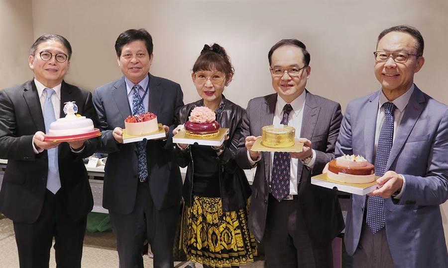 遠東百貨今年挑選的母親節蛋糕非常精彩,兼顧華麗外型與深度內涵,由徐雪芳總經理領軍嚴選,就是要讓大家送禮送到心坎兒裡。