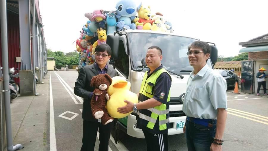 立委趙正宇(左)替這些放置在資源回收車上的娃娃請命,留給大家童年回憶。(甘嘉雯攝)