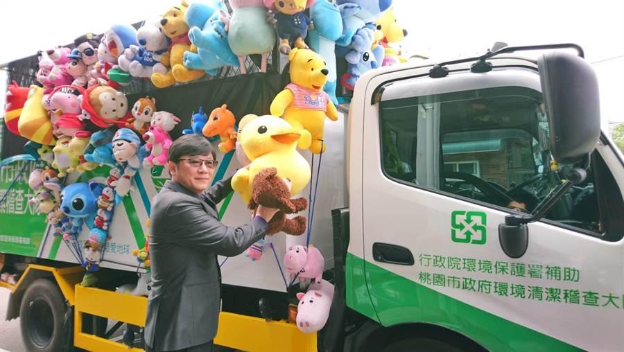 立委趙正宇替這些放置在資源回收車上的娃娃請命,留給大家童年回憶。(甘嘉雯攝)