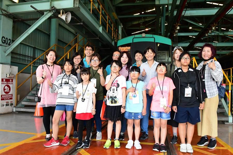 高捷公司贊助偏鄉孩童來高雄體驗低碳輕旅行。(高雄捷運公司提供)