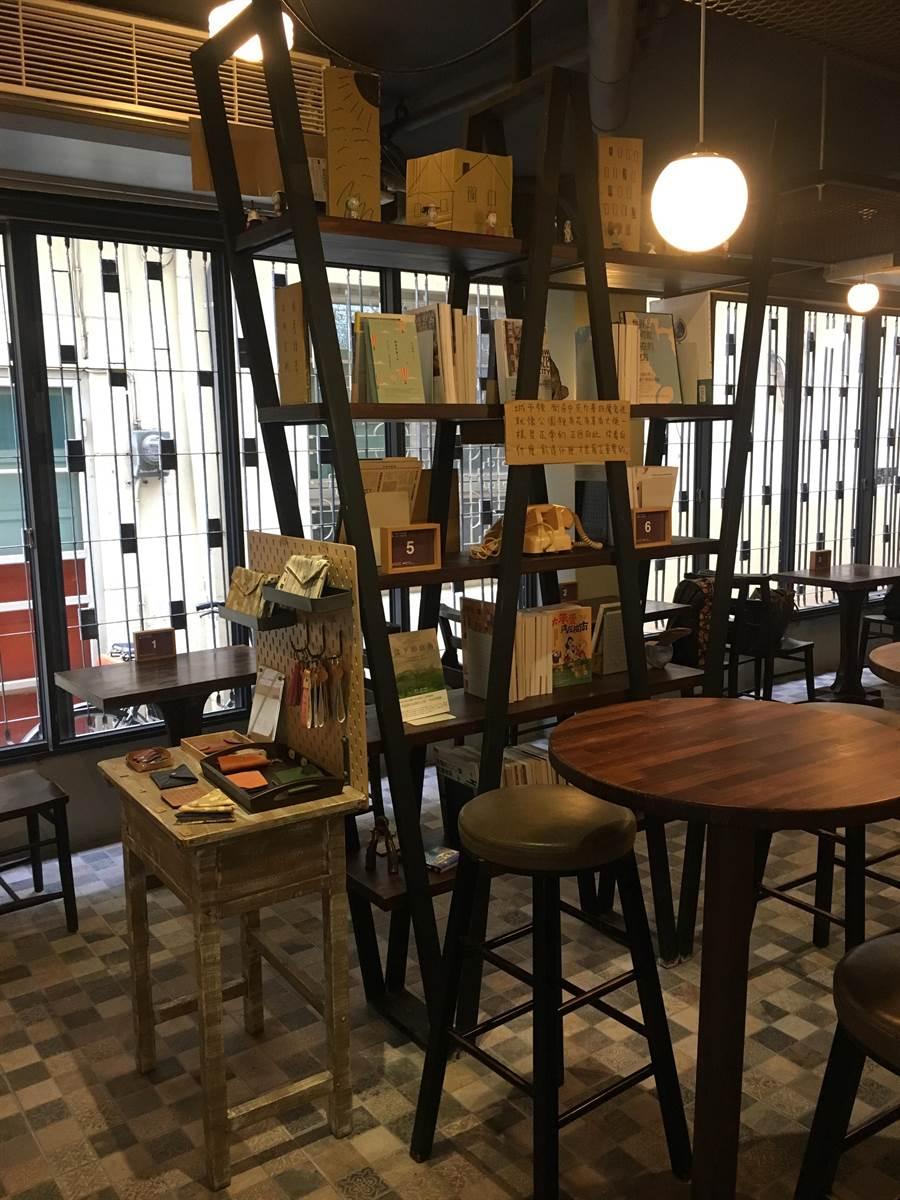 比漾廣場微型店W型書架上有「書粥」精選的社區營造、地方創生、療癒相關書籍。(郭家崴攝)