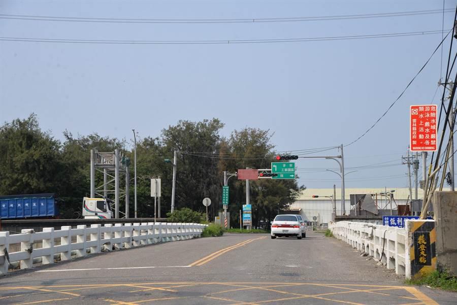 後安橋因年久失修經常造成交通阻塞,且影響治水計畫。(張朝欣攝)