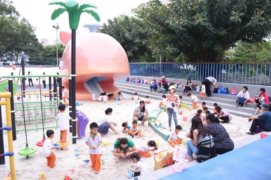 花崗山親子細砂池5月起維持周間幼兒園預約使用,周末下午對外開放試營運。(花蓮市公所提供)