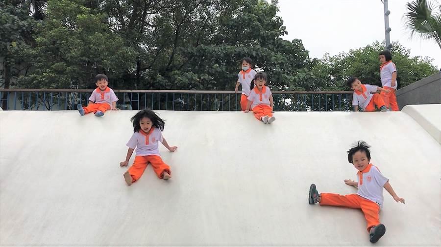 花崗山親子細砂池內的溜滑梯可同時多人使用,小朋友玩得不亦樂乎。(花蓮市公所提供)