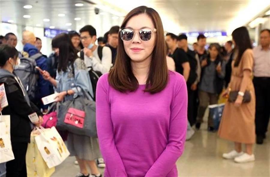 曾馨瑩下午從日本搭機返國,面對媒體她否認離家出走,強調只是「出去散心」(范揚光攝)