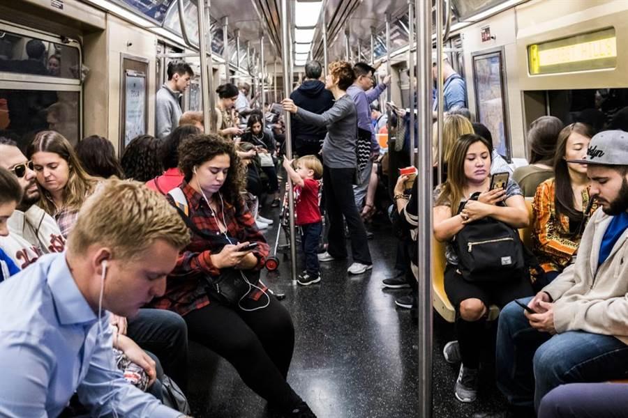 外星人突襲地鐵?乘客低頭超冷漠(示意圖/達志影像)